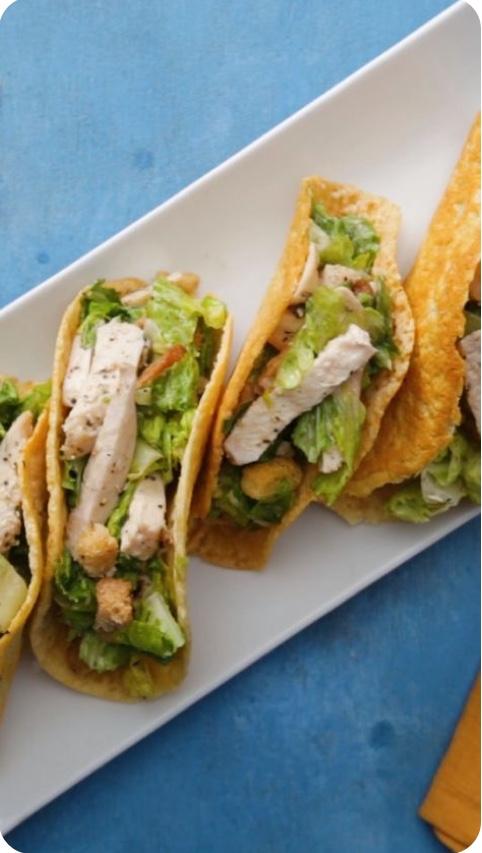 Tacos de ensalada César con pollo.