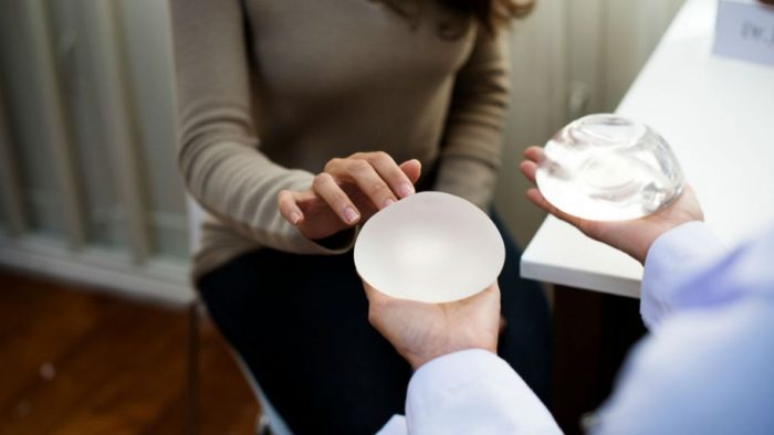 EU ordena retiro de implantes mamarios vinculados con un tipo de cáncer raro