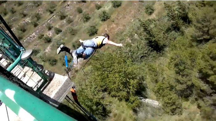 Un 'youtuber' muere tras intentar grabar un salto en paracaídas desde una cementera en Alicante