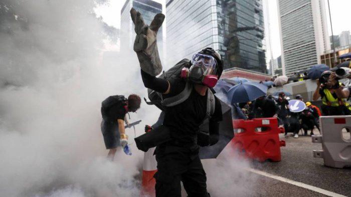Los manifestantes desafían la prohibición de las protestas en Hong Kong y se enfrentan a la policía