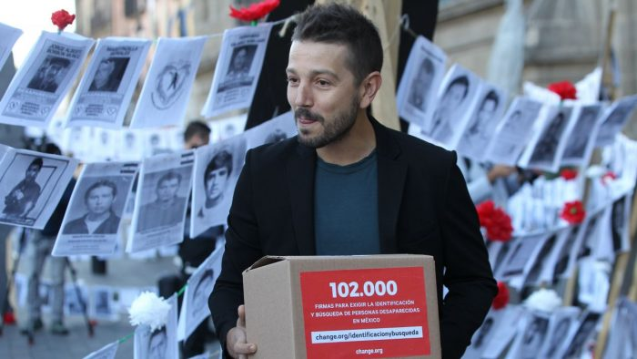 Diego Luna acompaña a familiares de desaparecidos que se manifestaron en Palacio Nacional