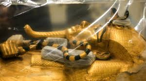 Exhiben por primera vez sarcófago dorado que envolvió el cuerpo de Tutankamón