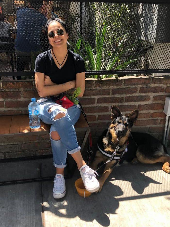 A joven con síndrome de Lyme le prohíben sentarse en un restaurante con su perro de asistencia en Guadalajara
