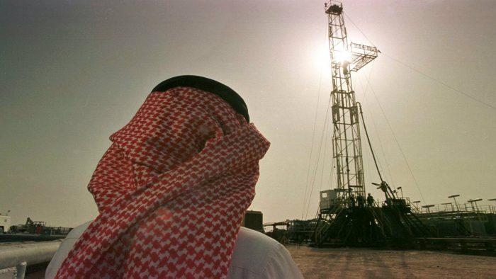 Arabia Saudita se enfrenta a un 'tropiezo' en producción petrolera... y cuenta con pocas opciones