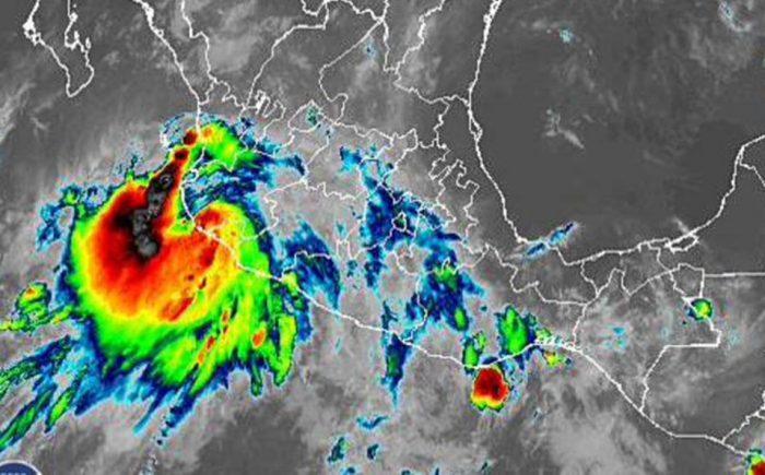 El huracán Lorena toca tierra en el estado mexicano de Jalisco