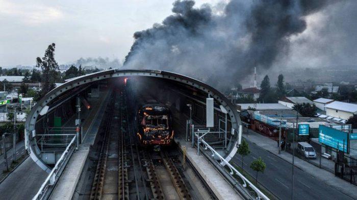 Piñera suspende el alza del precio del metro y el Ejército decreta toque de queda para Santiago