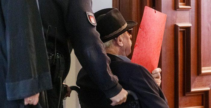Un guardia de un campo nazi de 93 años, sentado en el banquillo en Alemania