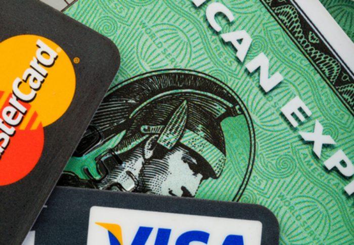 Falla sistema de American Express y hace 'cargos millonarios' a usuarios