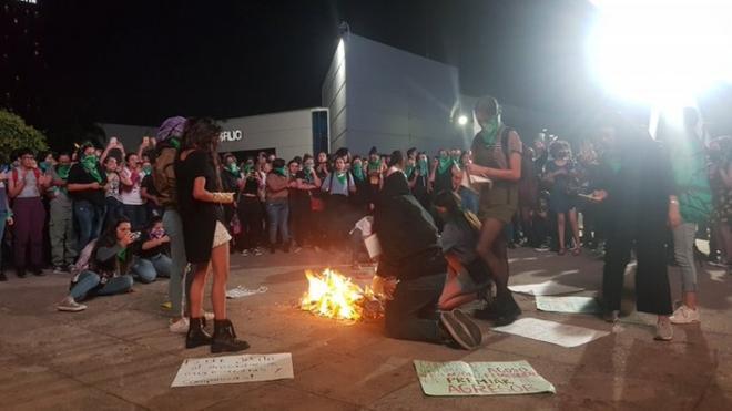 Queman libros contra terapias de conversión en FIL de Guadalajara
