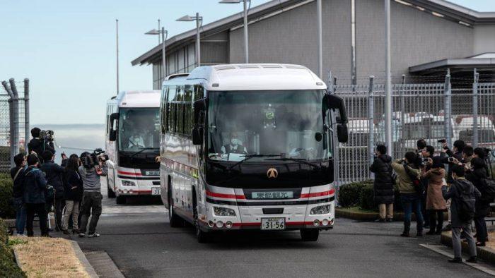 Los primeros evacuados de Wuhan llegan a Japón y EE UU mientras Europa ultima su operativo