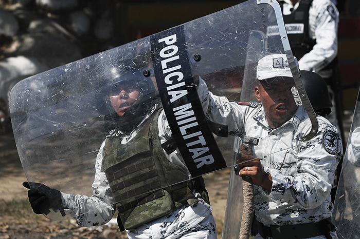 A pedradas defiende México sus fronteras