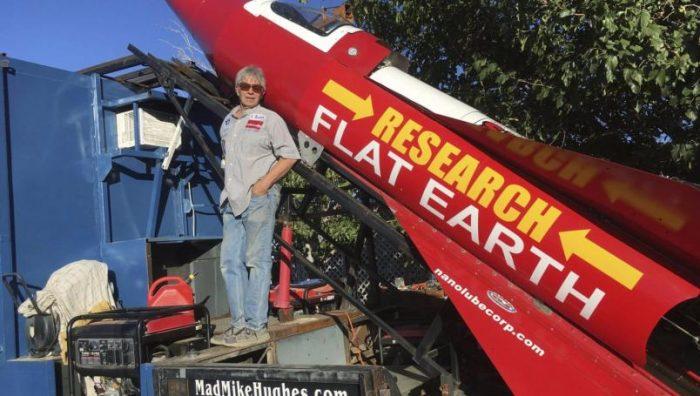 Muere Michael Hughes, tratando de demostrar que la tierra es plana.