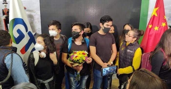 Evacuados de China, entre ellos 10 mexicanos, llegan a Francia. 20 tienen síntomas de coronavirus