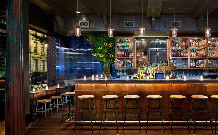 Nueva York y Los Ángeles cierran todos los bares para frenar el coronavirus