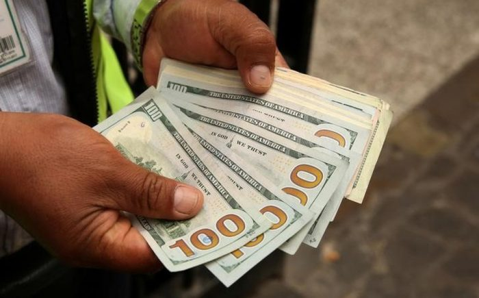 El peso mexicano cae a un nuevo mínimo histórico de 24,96 por dólar