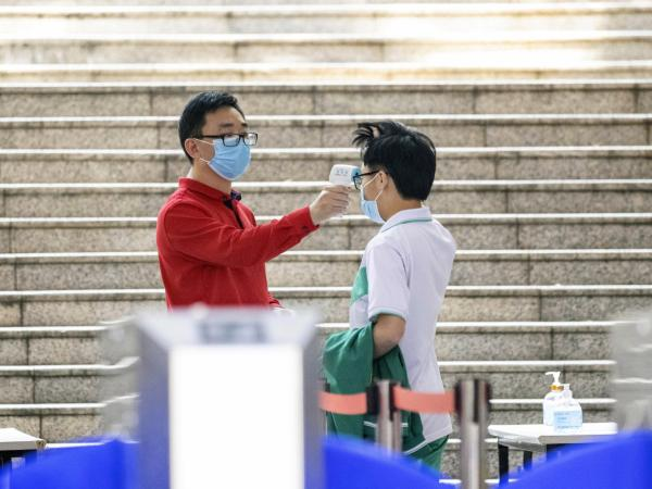Estudiantes vuelven a clases en China después de cuatro meses