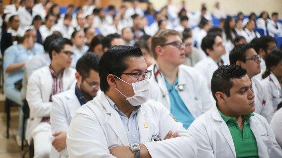 ¿Como enfrentan los médicos residentes el COVID-19? Con becas de 1,500 pesos y jornadas de 24 horas