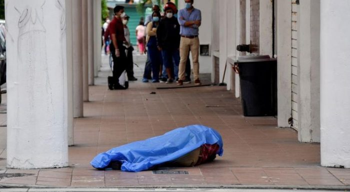 Colapsa sistema en Ecuador por Covid-19; dejan cadáveres en la calle