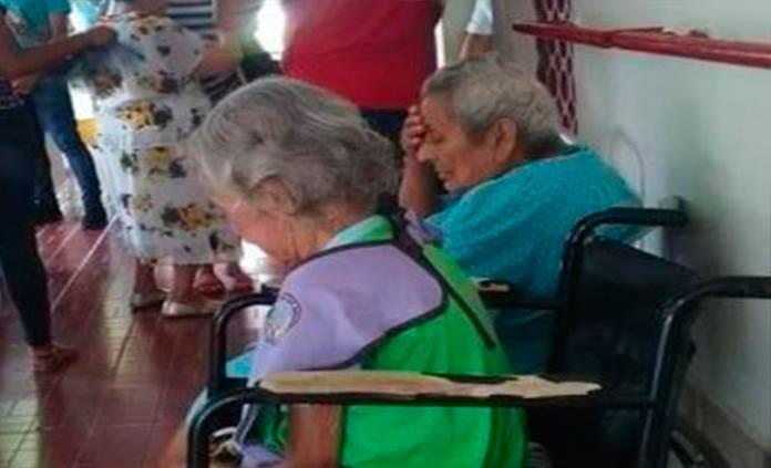 Un adulto mayor fallecido y 5 graves por brotes de COVID-19 en asilos de Tabasco y NL
