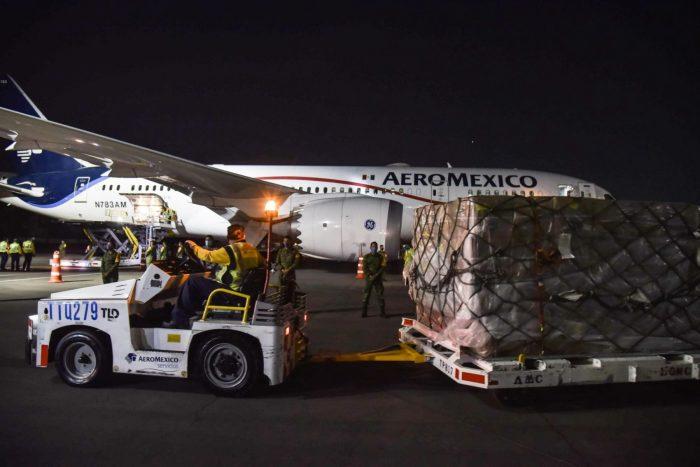 Llega vuelo de China a México con más de 2 millones de cubrebocas