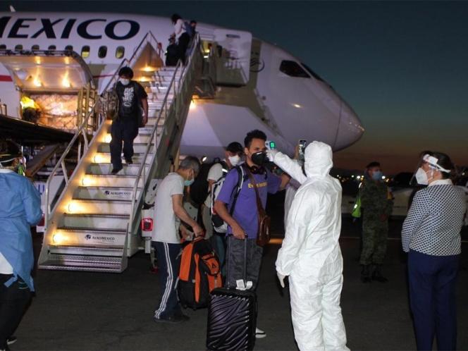 Llegan al AICM 54 mexicanos varados en China