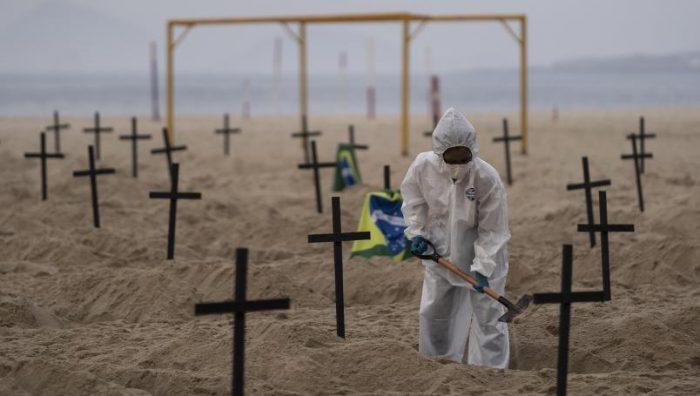 Colocan cruces en playa de Brasil en protesta por el manejo incompetente del Covid-19