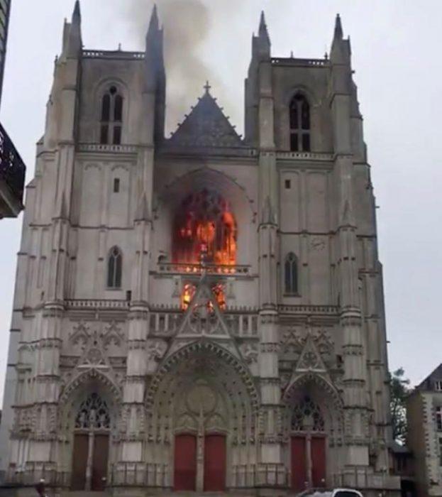 La justicia francesa sospecha de un origen criminal del incendio en la catedral de Nantes: los bomberos encontraron tres focos