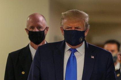 Trump se muestra con mascarilla en público por primera vez desde que empezó la pandemia