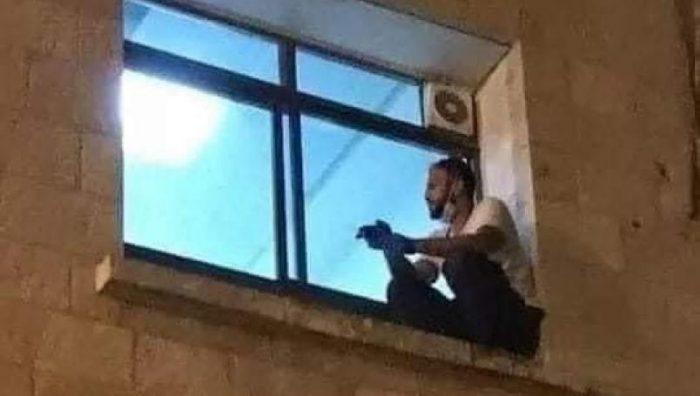 Escala a ventana del hospital para ver a su madre morir