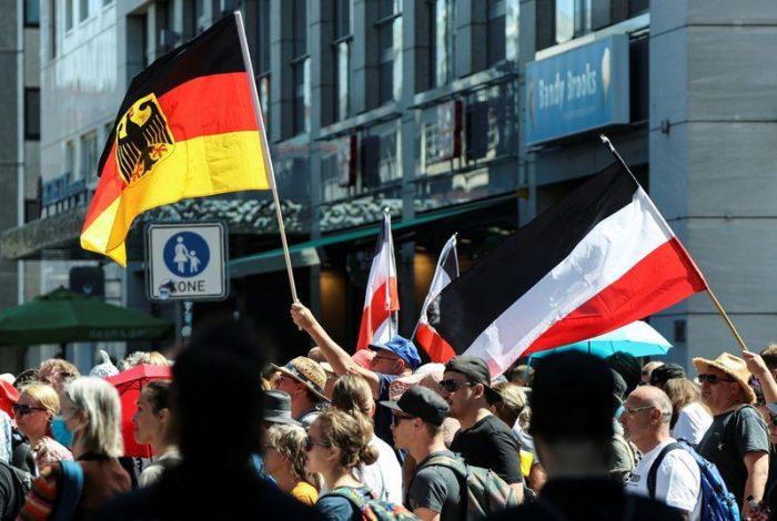 Miles de personas protestan en Berlín contra las restricciones por el coronaviru