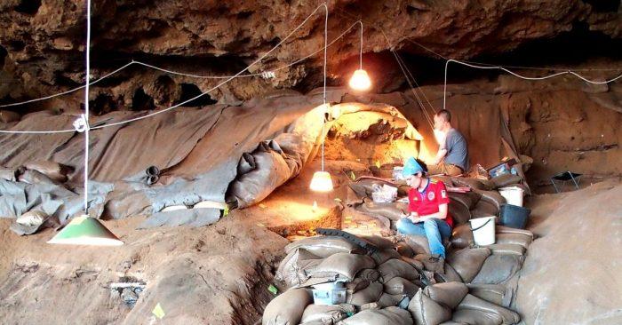 Descubren 'camas' de 200.000 años de antigüedad, hechas de hierba y ceniza