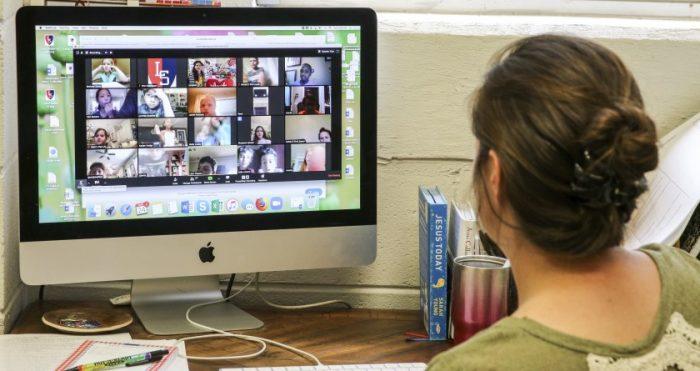 Maestra y alumnos observan asesinato en clase vía Zoom