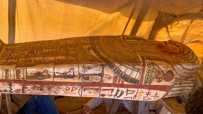 Descubren catorce sarcófagos de hace 2.500 años en Egipto