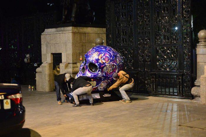 Quitan expo Mexicráneos por aglomeraciones en Reforma