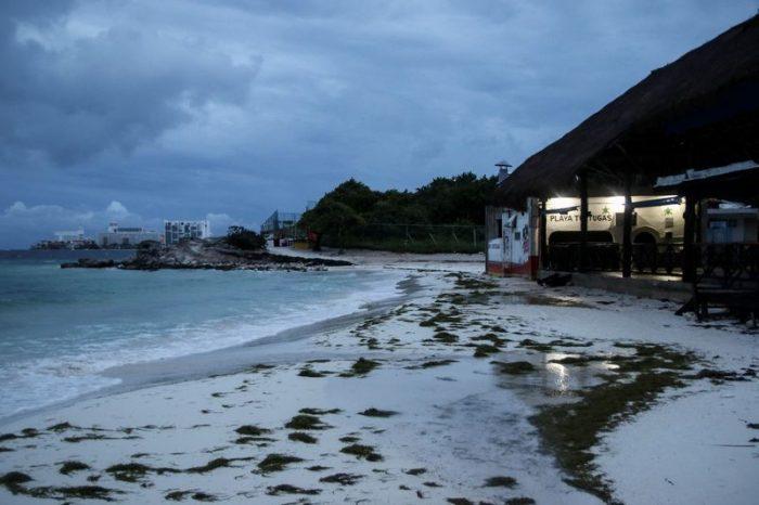 'Delta' toca tierra en Puerto Morelos como categoría 2