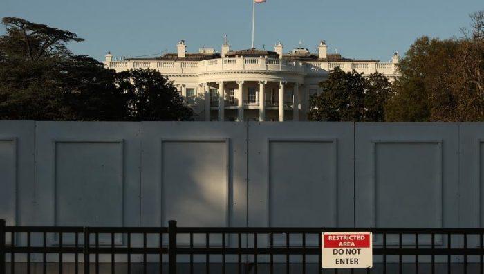 Levantan muro frente a la Casa Blanca ante posibles protestas por resultados