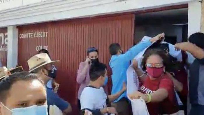Lanzan huevos contra Mario Delgado e Indira Vizcaíno