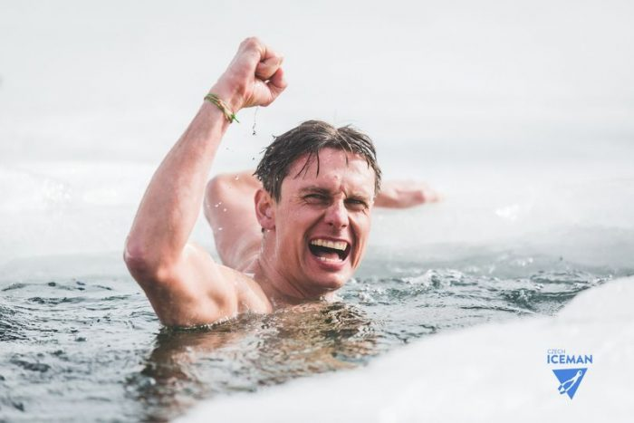 Buzo nada 81 metros bajo el hielo y rompe récord mundial