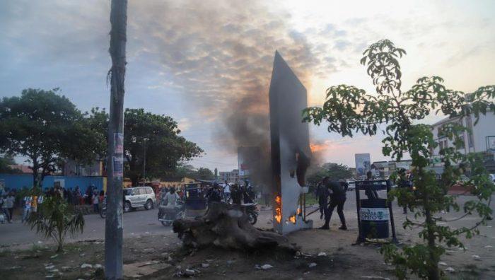 Aparece otro monolito metálico en el Congo; pobladores lo destruyen