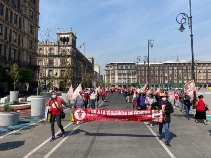 Primeros contingentes de mujeres arriban al Zócalo por la marcha del #8M2021