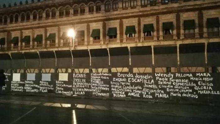Pintan sobre las vallas de Palacio Nacional los nombres de víctimas de feminicidio en México