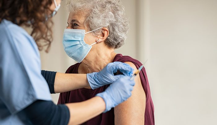 Adulta mayor pide auxilio durante vacunación; denuncia maltrato familiar