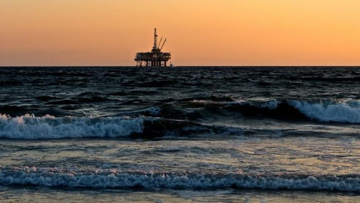 Barco derrama alrededor de 400 toneladas de petróleo en el mar Amarillo