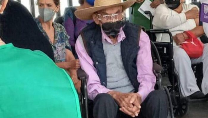 Luis Echeverría, expresidente de México, reaparece para recibir vacuna contra el Covid-19