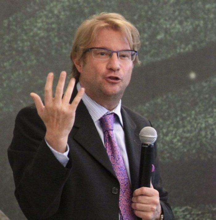 Andrés Roemer: obtienen orden de aprehensión por violación