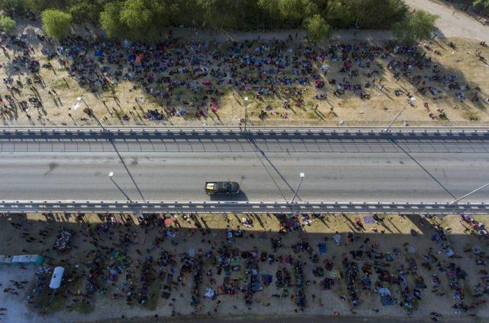 Más de 10.000 migrantes haitianos, retenidos en un campamento precario bajo un puente en el sur de Texas