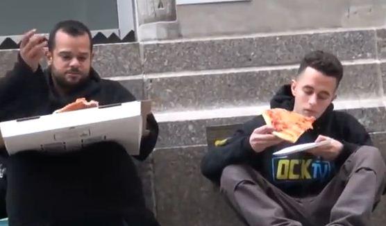 Le dieron una pizza a un hombre sin hogar. Lo que hace con ella lo diferencia del resto...
