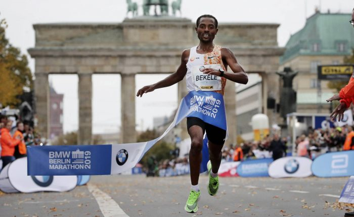 Bekele se queda a 2 segundos del récord mundial de maratón