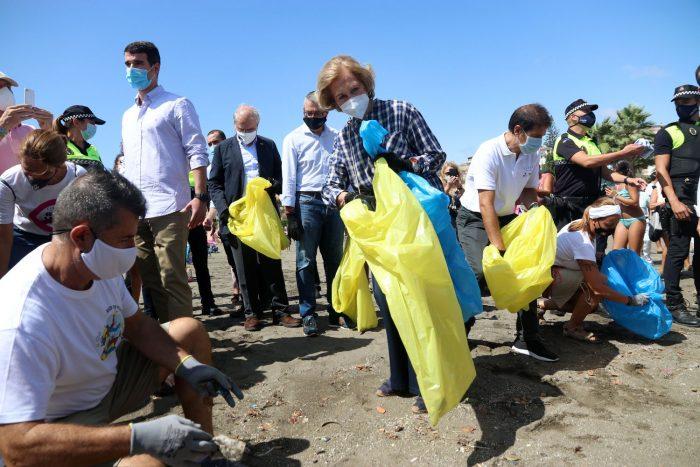 La reina Sofía colabora en la limpieza de una playa en Málaga