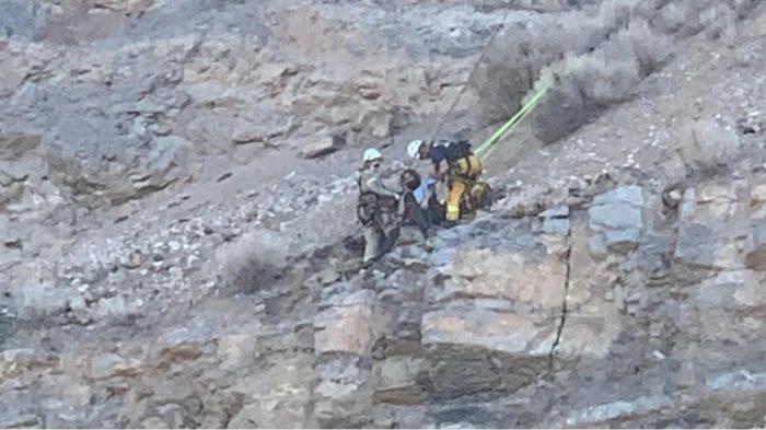 Rescatan a excursionista que cayó en un acantilado de 30 metros